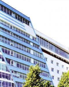 Оригинально выполненное здание с фасадом в виде трапеции