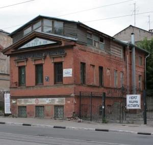 Здание с надстороенной крышей