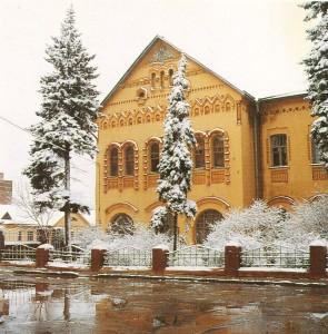 Здание в русском стиле с оригинальной архитектурой фасада