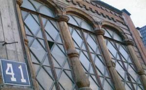 Окна над парадным крыльцом дома № 41 по улице Большая Покровская. Резьба по дереву.