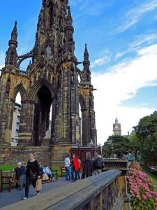 Эдинбургский замок и памятник сэру Уолтеру Скоту. Напротив — улица Принциз-Стрит