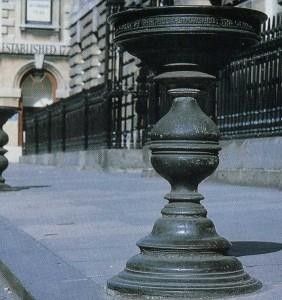 Один из четырех бронзовых столов перед зданием биржи