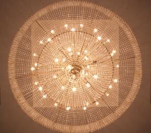 Большая круглая люстра преображает интерьер, настраивает на прикосновение к чему-то большому, светлому и прекрасному. Фойе органного зала. Набережные Челны.