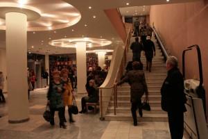 Лестница, ведущая наверх, к входу в органный зал.