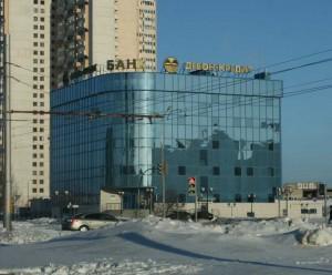 Фасад здания полностью отделан тонированным стеклом. Здание Банка Девон-Кредит Набережночелнинского филиала