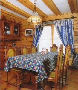 в деревянной кухне