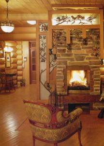 Художественные достоинства авторского камина подчеркнуты деревянным декором