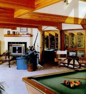 Огромный бильярдный стол в большой гостиной