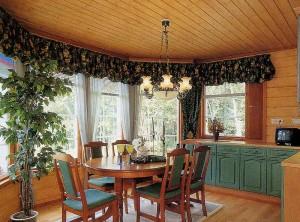 В столовой деревянного дома