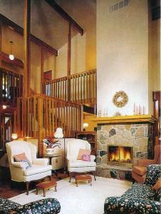 Каминная: богатая фактура древесины кедра в интерьере удачно дополнена рельефной отделкой торжественно-парадного массивного камина