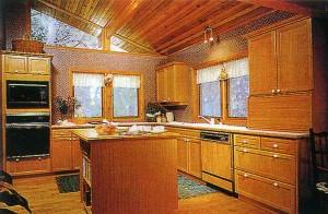 Кухня: полы из дерева твердой породы, мебель из красного дерева, отделанные кедром потолки и окна до конька крыши создают неповторимый уют