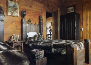 Массивная кровать