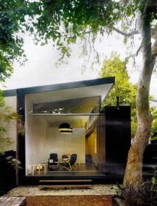 Открытый фасад-купе обеспечивает хороший обзор внутреннего дворика и способствует хорошей вентиляции в доме