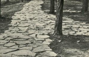 выложенная крупными плитами известняка с необработанными поверхностями