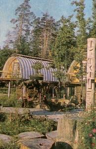 Площадка вымощена плитами необработанного камня и круглыми деревянными торцами
