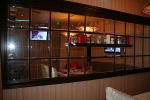 Зеркало в интерьере кафе зрительно зрительно расширяет помещение