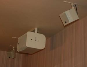 Крепление аудиосистемы на потолке