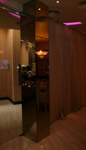 Зеркальный столб в интерьере кафе