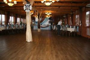 Деревянный интерьер ресторана