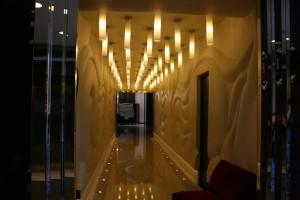 Цилиндровые светильники поддержаны подсветкой вдоль стен по полу.