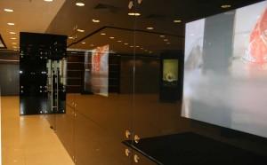 Встроенные плазменные панели в стеклянную стену кафе