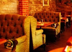 Большие мягкие кресла в интерьере кафе