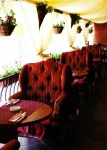 Большие мягкие кресла на летней веранде