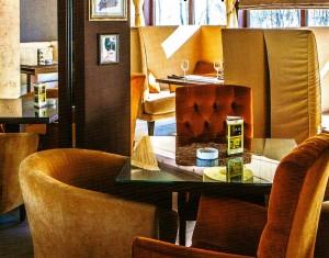 Сочетание кремового и коричневого в интерьере кафе смотрится гармонично