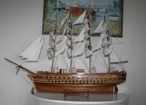 Модель корабля в интерьере