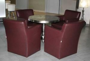 кресла и стол для кафе