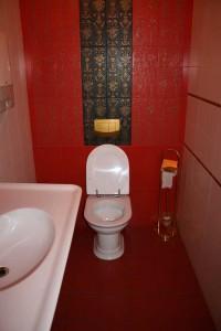туалет белым кафелем
