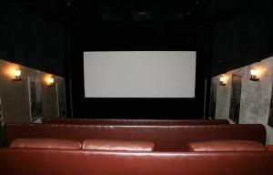 Небольшой кинотеатр с дорогими кожаными креслами.
