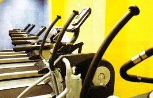 Яркая жёлтая стена спортзала