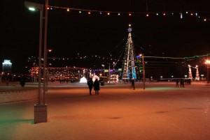Новогодняя панорама украшенной площади. Вид на Бизнес-центр