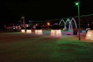 Короба из ледяных блоков освещены изнутри. Очень красиво смотрится и хорошо освещает пространство.