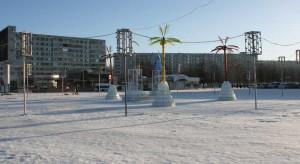 Пластиковые пальмы на площади Азатлык в Набережных Челнах на фоне снега и в минус 30 по Цельсию (минус 22 по Фаренгейту) смотрятся сюрреалистично, как в фильме «Послезавтра».