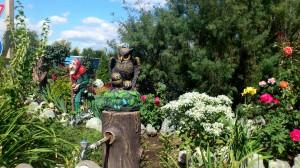 Кран спрятанный в садовой скульптуре