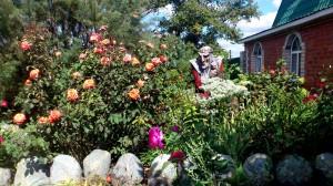 Бабаяга утопает в цветах