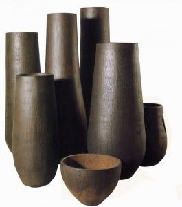 Огромные кувшины, сделанные из черной древесины пальмы пальмира