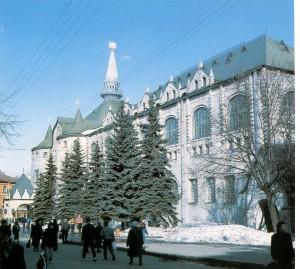 Государственный банк. Здание построено в 1913 году к 300 — летию дома Романовых