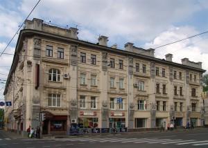 Доходный дом хлеботорговца Ф.C Рахманова. Построен в 1898-1899 годах. Архитектор Дриттенпрейсом. В Москве это был один из первых домов в стиле модерн.