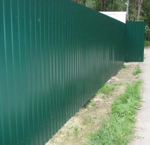 Металический забор зелёного цвета