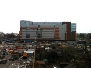 Заасфальтирована территория под парковку около торгового центра Небо