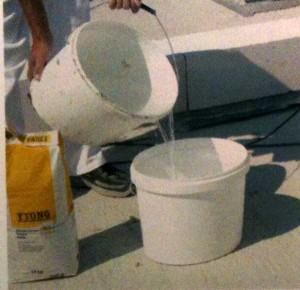 ёмкость наливаем необходимое количество воды в соответствии с инструкцией, приведенной на упаковке