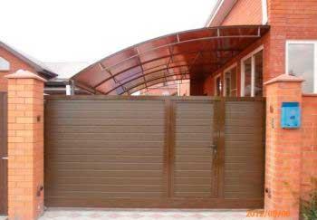 Встроенная калитка применяется и в тех случаях, когда на участке нет места для установки