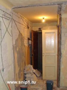 снимаем со стен старую штукатурку