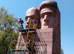 В Киеве снесли памятник