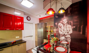 Кинопленка на стене кухни