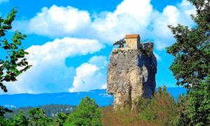 В Грузии объявили тендер на благоустройство 40-метрового столпа Кацхи с церковью