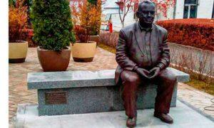 Памятник Эльдару Рязанову